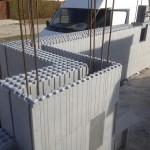 bennmaradó hőszigetelő zsaluzat isoshell falazóelem a első sorok vaslása és betonozása