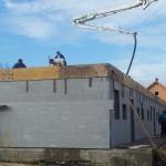 egerszalókon isoshell iss 30-as falszerkezetű fokozottan energiatakaréko sorház épül az elemeket gépi betonozással készítik a hőszigetelt falrendszer kivitelezése a
