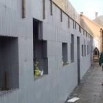 egerszalókon isoshell iss 30-as falszerkezetű fokozottan energiatakaréko sorház épül az elemeket gépi betonozással készítik a hőszigetelt falrendszer kivitelezése b