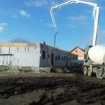 egerszalókon isoshell iss 30-as falszerkezetű fokozottan energiatakaréko sorház épül az elemeket gépi betonozással készítik a hőszigetelt falrendszer kivitelezése j